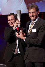 Bild von zwei Männern die den Industrie Award 4.0 in den Händen halten