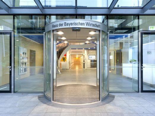 Foto vom Eingangsbereich des Hauses der Bayerischen Wirtschaft